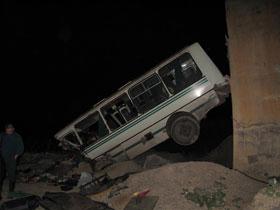 В Башкирии пассажирский автобус упал в карьер