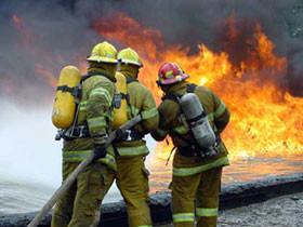 В Башкирии нетрезвые жильцы выбросили с 4 этажа горящий диван