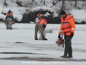 В Стерлитамаке освобождают реки ото льда