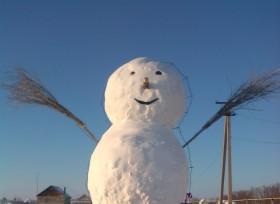 В Башкирии слепили пятиметрового снеговика