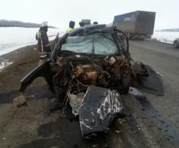 В Башкирии водитель легковушки погиб при столкновении с двумя грузовиками
