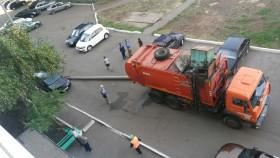 В Мелеузе упавший столб едва не раздавил припаркованные авто
